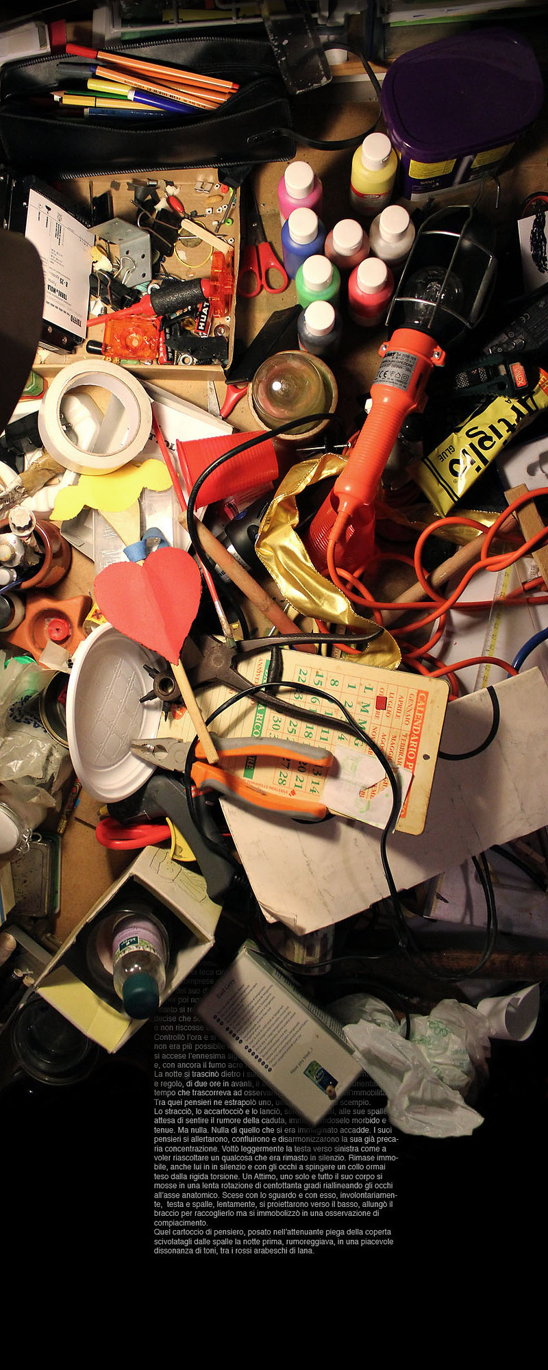 scrivania di carlo de meo, oggetti accumulati, laboratorio creativo,