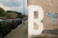 lettera B, bianca, dipinta sul muro, Latina