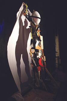 scultura con materiale di recupero con proiezione di un'ombra significante