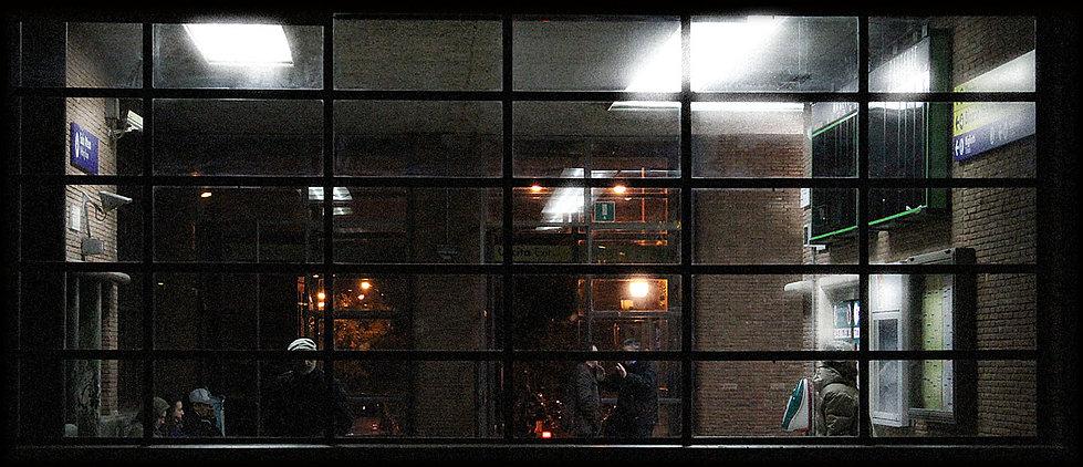atrio della stazione di Latina - immagine di volti censurati dalla fascia nera - foto di carlo de meo - arte contemporanea