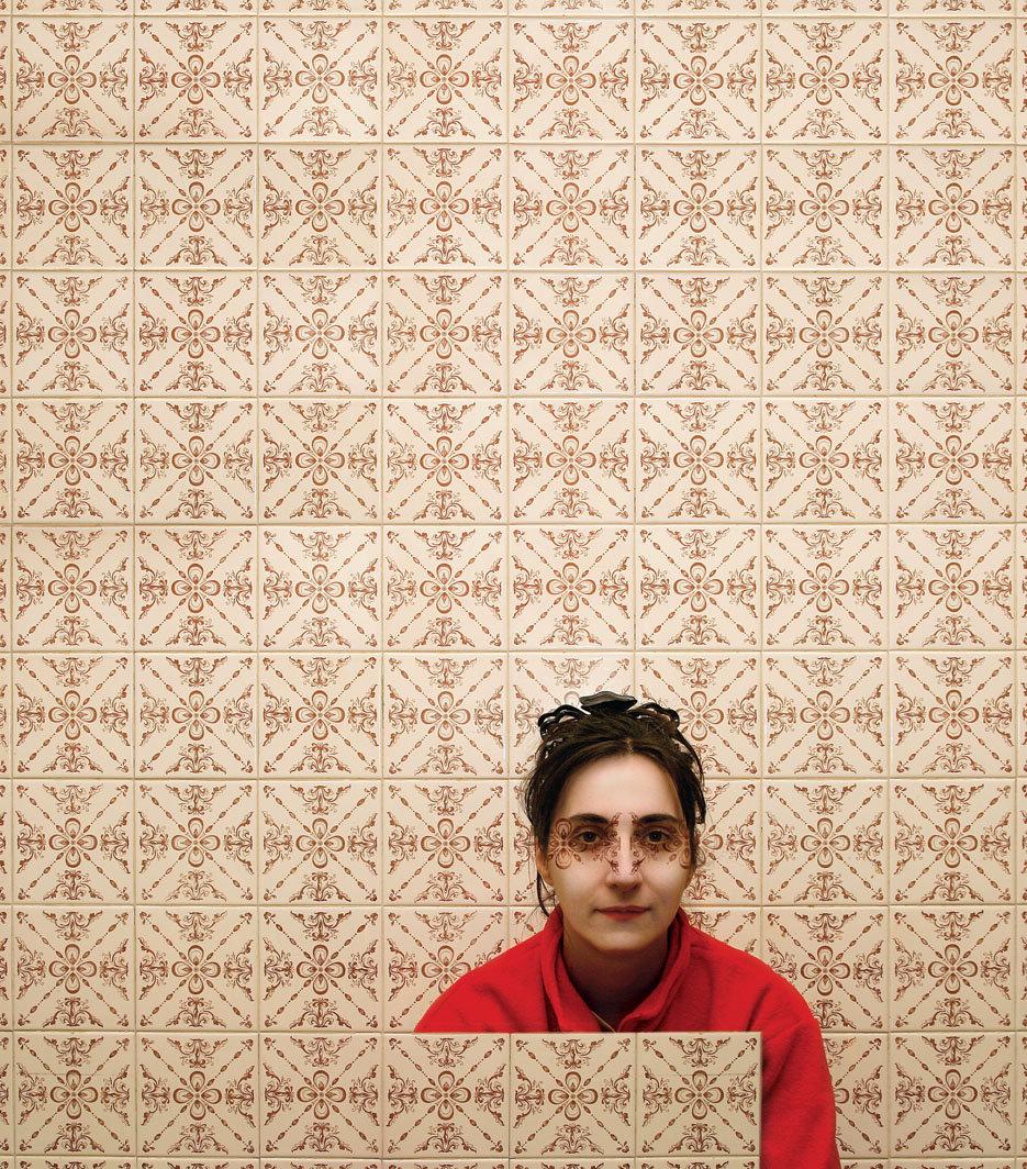 rosso, opera fotografica di carlo de meo, mattonelle decorate
