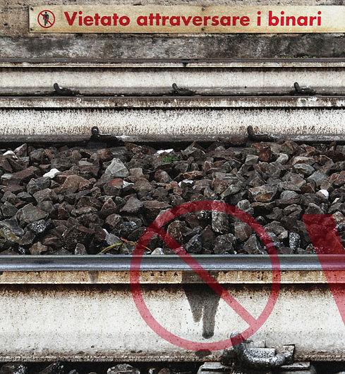 macchia di grasso sui binari con forma coincidente al simbolo di divieto di attraversamento dei binari - stazione di Formia - foto di carlo de meo