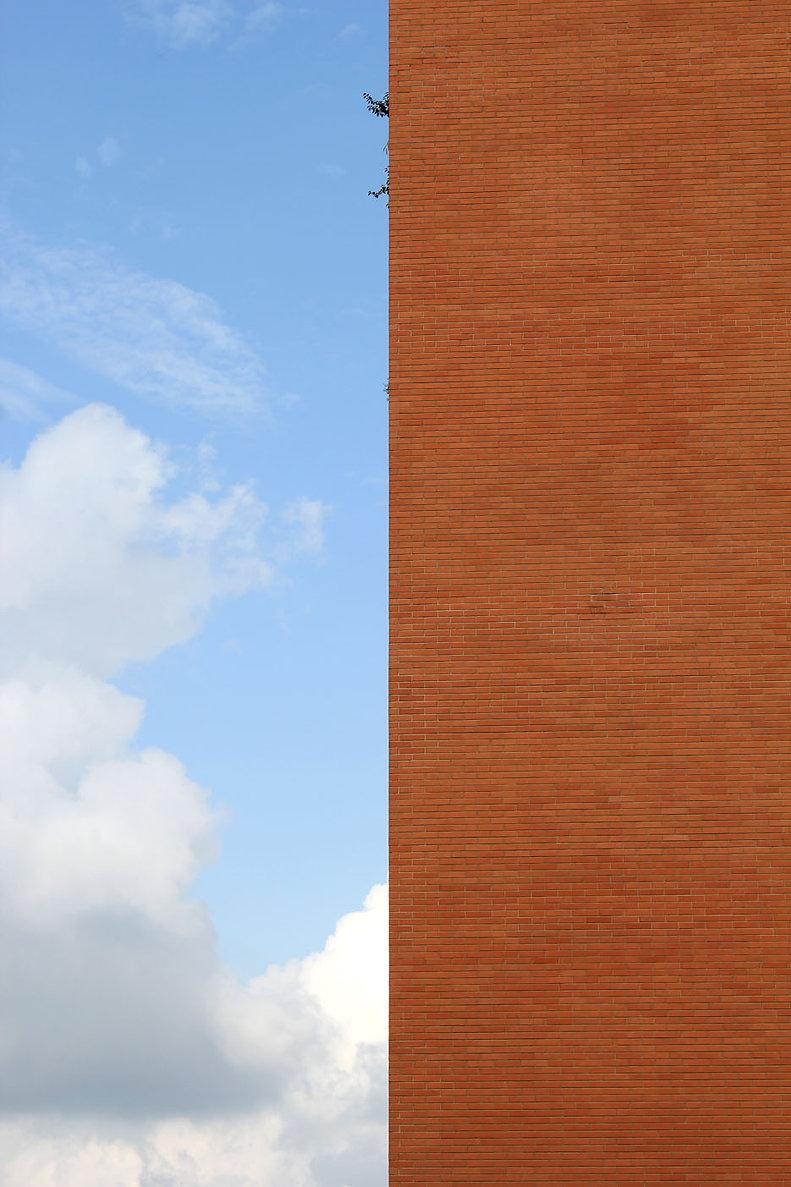 grande muro verticale con cielo azzurro, latina