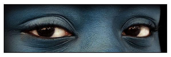 occhi neri su carnagione blu, sguardo di donna - foto realizzata nel laboratorio di grafica del liceo artistico
