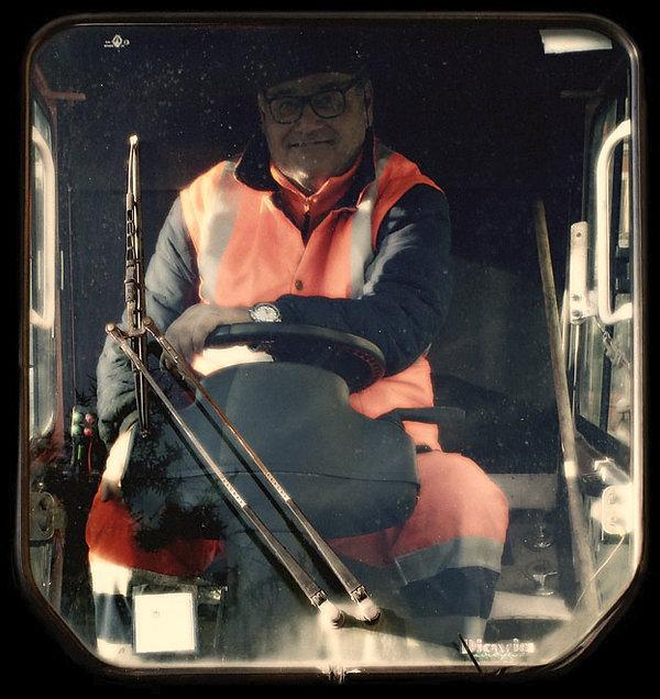 guidatore di spazzatrice stradale - foto fatta a latina nel mese didicembre 2015