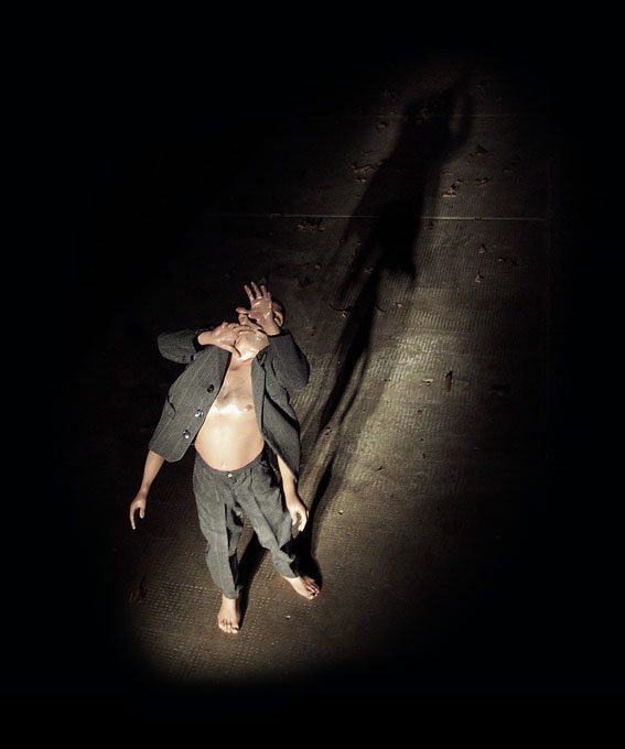 installazione di carlo de meo, opera scultorea in resina e materiali vari, figura con quattro braccia immersa nella luce, petto nudo - collezione VAF.