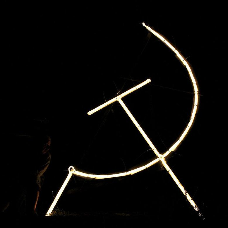 carlo de meo, falce e martello, maranola, simbolo luminoso, notte buia