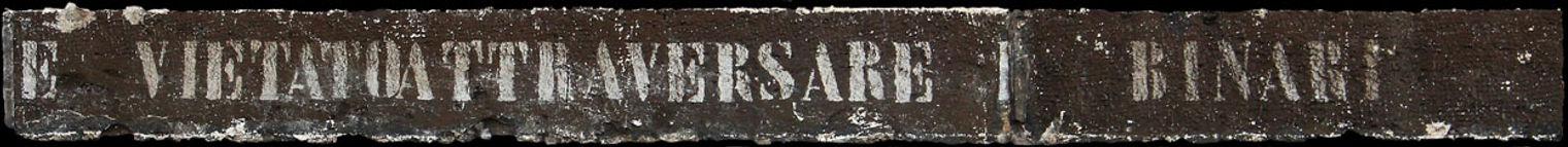 scritta usurata al margine della banchina della stazione ferroviaria di Formia - vietato attraversare i binari