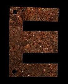 lettera E, lastra metallica ossidata trovata presso il liceo artistico di Latina