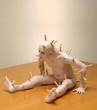 carlo de meo, uomo nudo con mollette, scultura