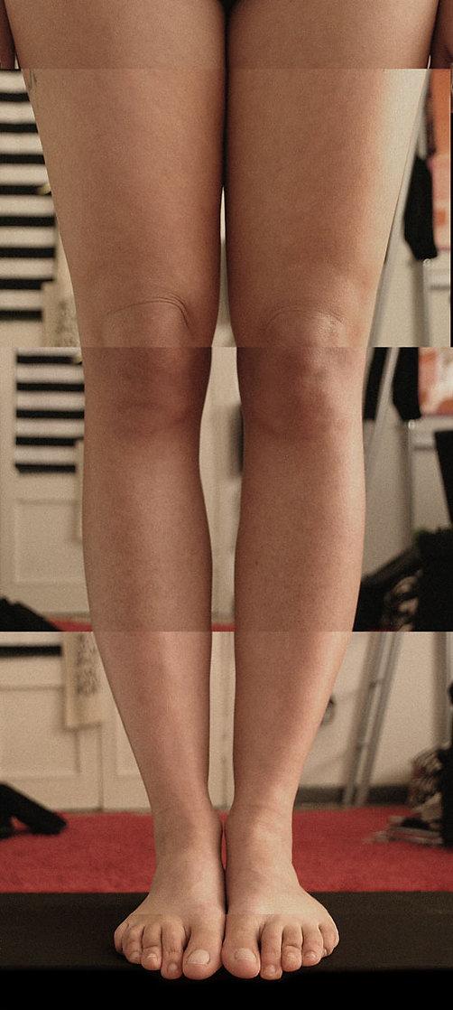 """immagine fotografica composta da due coppie di gambe - tratto da """"SCORRIMENTO"""" opera editoriale di carlo de meo - frammenti di corpo di tre donne nude ricomposti in coincidenze anatomiche - museo d'arte contemporanea"""