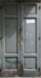 porta dell'ex emporio di Maranola, porta grigia chiusa