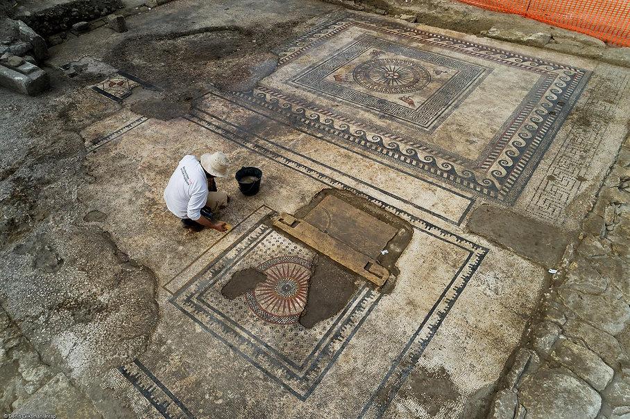 Photo Inrap du pavé mosaïque d'Ucetia prise depuis un drone en 4K
