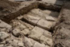 tranchée dévoilant une route Romaine à Ucetia