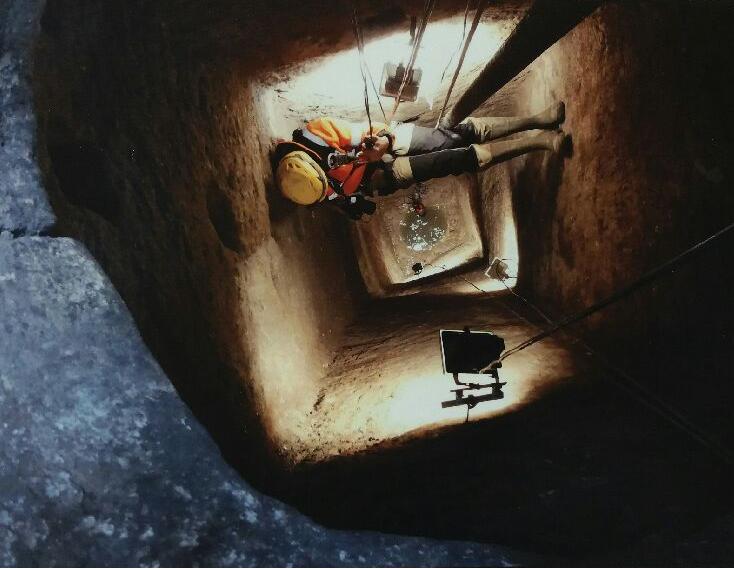 Un puits d'Ucetia : descente en rappel, de l'eau encore au fond !