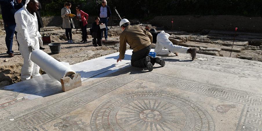 la dépose des mosaïques d'Ucetia face caméra, l'envers du décor est différent.