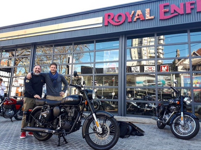 Cliente retirando Royal Endield