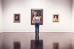 Mujer en la galería de arte