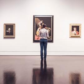 Frau in der Art Gallery
