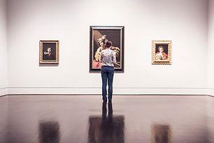 Donna in galleria d'arte