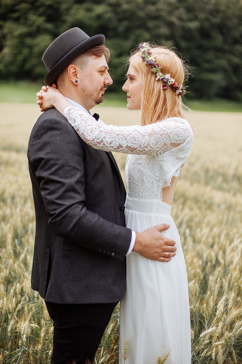 Brautpaar steht im Feld