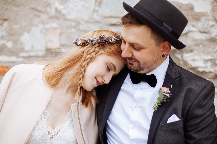 Braut stützt ich auf Bräutigam