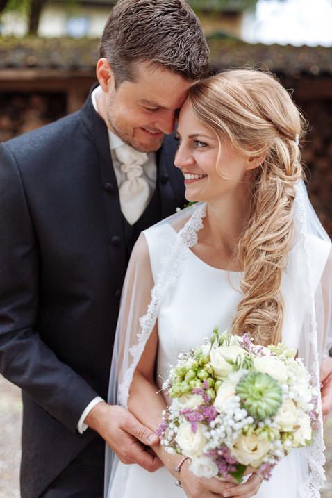 Brautpaar mit Brautstrauß lacht