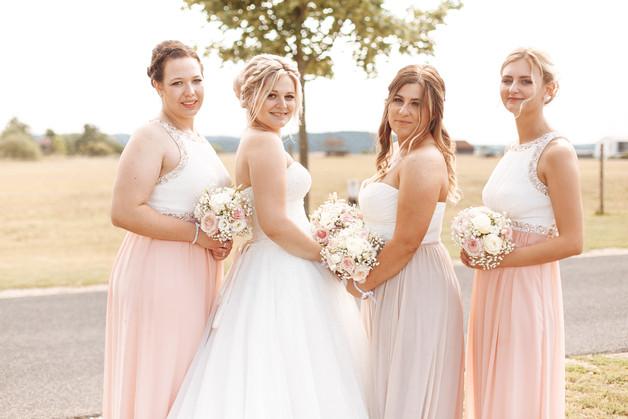 Brautjungern schauen über Schulter