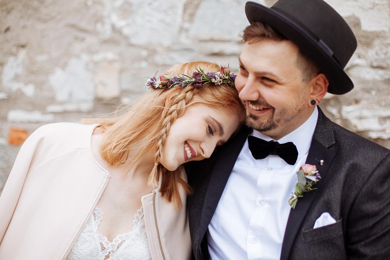 Braut legt Kopf auf Bräutigam