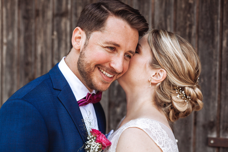 Braut flüstert Bräutigam ins Ohr