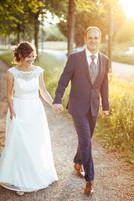 Brautpaar läuft auf Weg