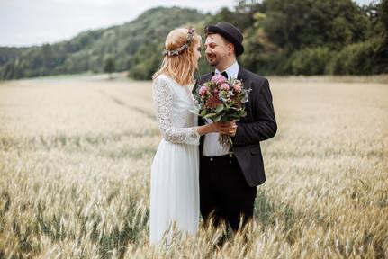 Brautpaar mitten im Feld