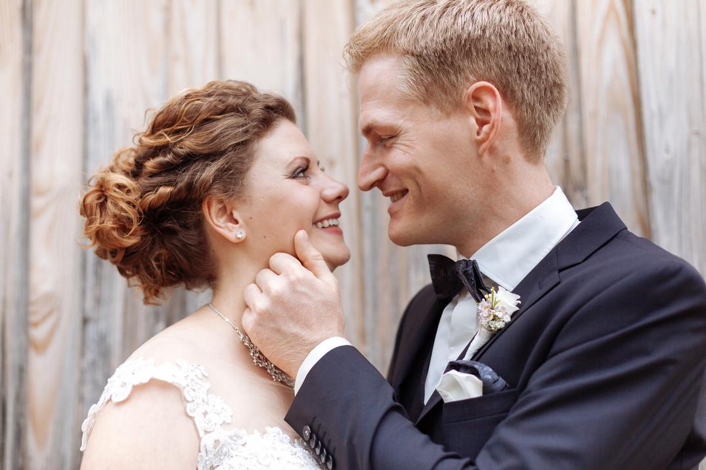 Brautpaar vor Holzwand
