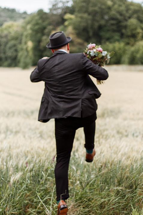 Bräutigam springt ins Feld