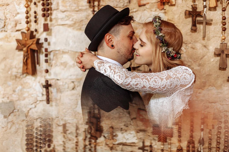 Brautpaar in Kirche mit Spiegelung Kreuze