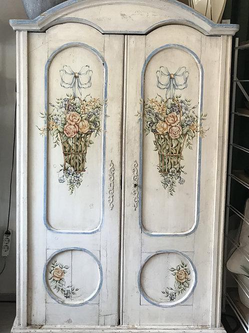 Antiker Schrank in Weiß mit Blumenmotiv
