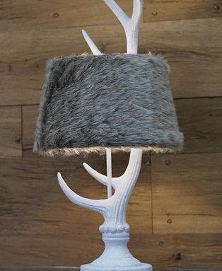 Tischleuchte Hirschgeweih mit Lampenschirm aus Kunstfell