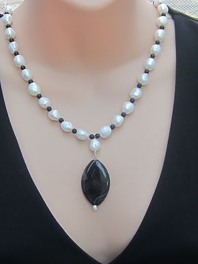 Pearl and onyx necklace with silver