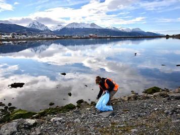 """La Municipalidad de Ushuaia realizó la limpieza de la reserva natural """"Bahía encerrada"""""""