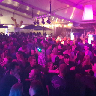 DJ Abi feiern im Zelt