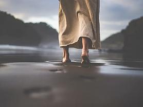 faith-christian-jesus-walking-sand_credi