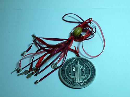 Medalla de San Benito 7.cm de diámetro adornado con listones y medallas pequeñas de diferentes santos