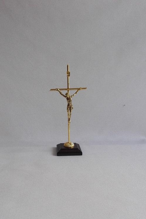 Crucifijo metálico dorado, 18 cm de altura con base de madera