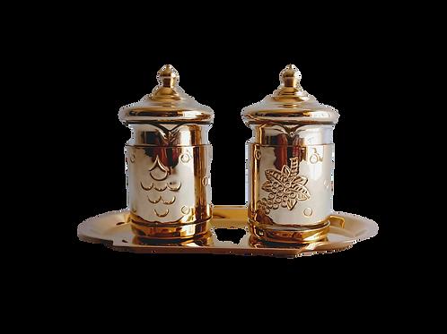 Par de vinajeras doradas con charola para contener agua y vino usados en la Misa católica