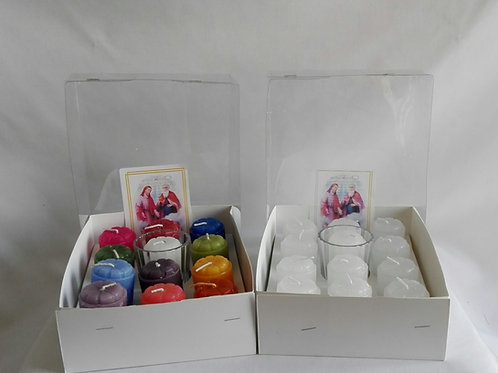 Caja con 12 veladoras blancas o de colores, incluye 1 vaso de cristal