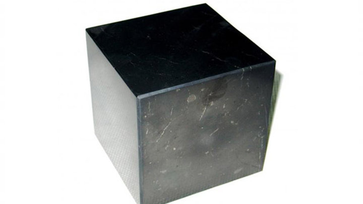 Cube shungite poli 6/7 cm -1 angle coupé avec son support
