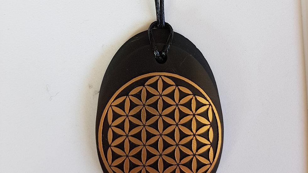 Pendentif ovale fleur de vie or décentré Shungite - 4 cm