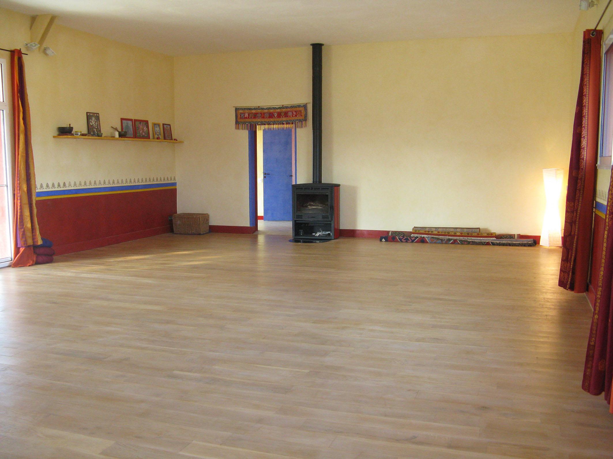Salle avec poële, plancher en chêne