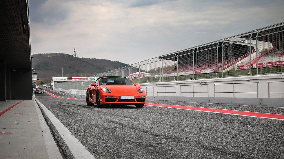 2 kola na okruhu Porsche   Mustang