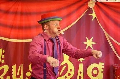 Alsidig kunster og indehaver af Cirkus Big.